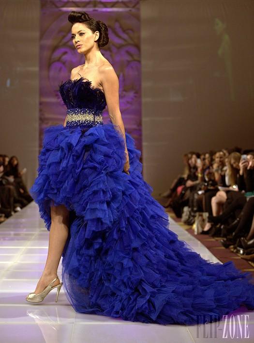 Saks Mavisi Arkaya Doğru Uzun Tüy Detaylı Abiye Elbise Modelleri