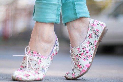 Çiçek Desenli Oxford Ayakkabı Kısa Paçalı Jean Kombini