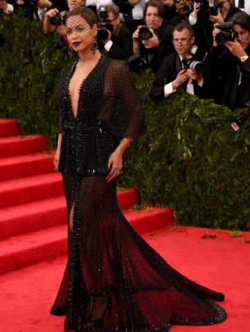 Transparan Siyah Elbise Modeli Met Gala Kırmızı Halı