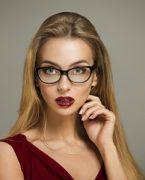 Gözlük takan kadınlar nasıl makyaj yapmalı?