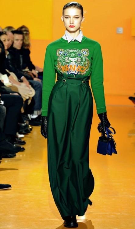Yeşil Kenzo Kaplan Sweatshirt, Bol Pantolon Kombinleri