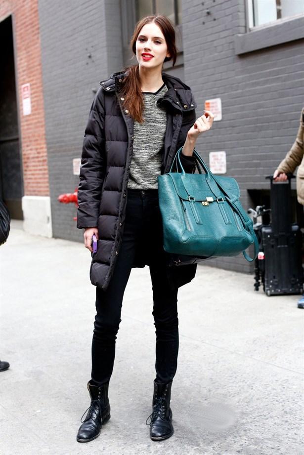 Siyah Uzun Bayan Kışlık Puf Kaban Sokak Kombinleri