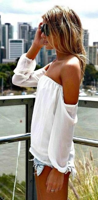 Omzu Açık Beyaz Bluz, Kot Şort Kombinleri
