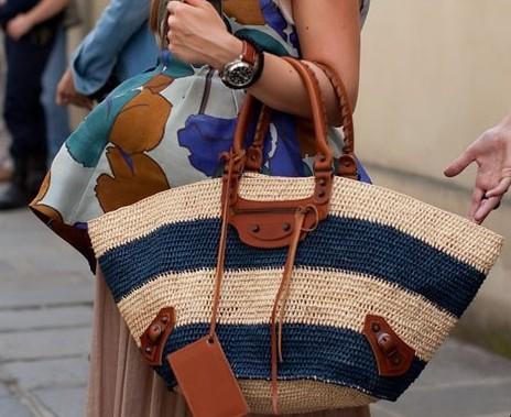 Şık hasır çanta kombinasyonu