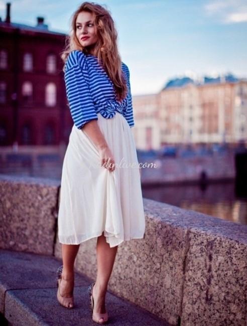Beyaz Midi Etek ve Mavi Şeritli Gömlek Kombini